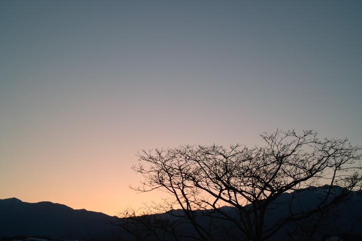 [空の写真] 日没と繊月(伊那市) - 2011/4/6(水)
