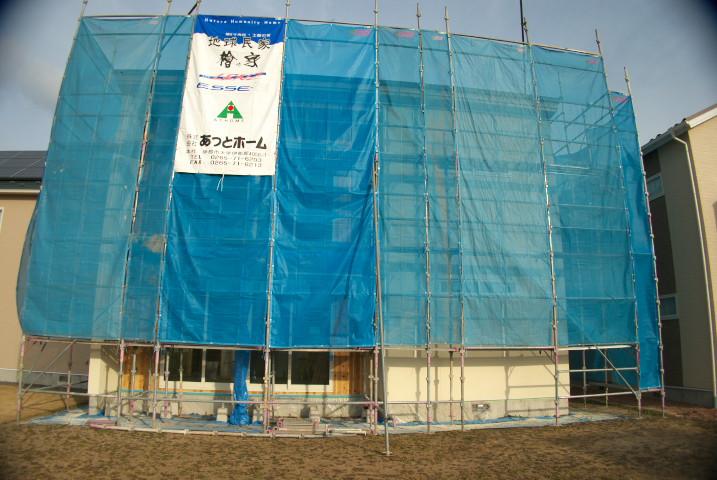 [施主施工8 外壁塗装+珪藻土] コルクボード貼りと玄関木部分の塗装と珪藻土のひび - 2012/1/15(日)