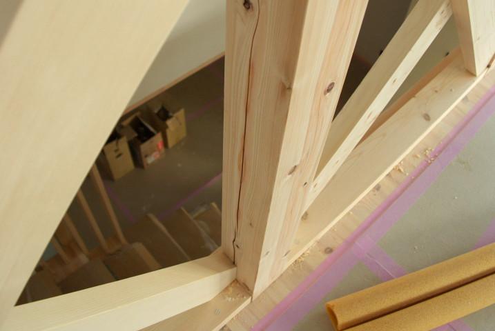 二階手摺り支柱のひび