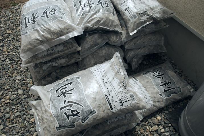 [庭] 土地の境界に枕木を設置んぐ ②(砂利敷き) - 2012/4/28(土)