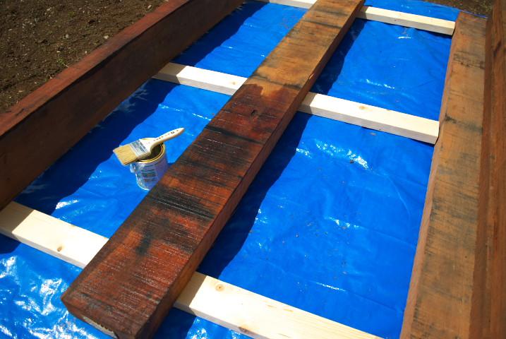 [庭] お隣さんとの境界に枕木を設置んぐ ③(防腐剤塗布) - 2012/5/4(金)