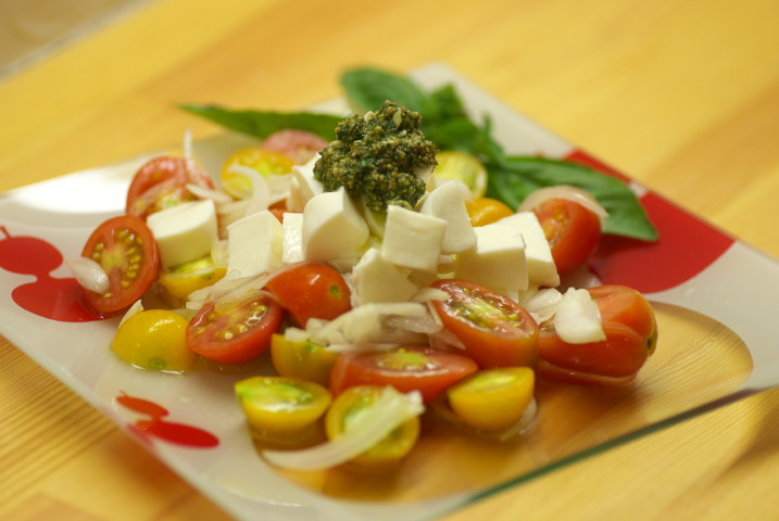 トマトと玉葱のマリネに予定外のモッツァレラチーズを載せて、本日作成したてほやほやの自家製ジェノベーゼソース添え
