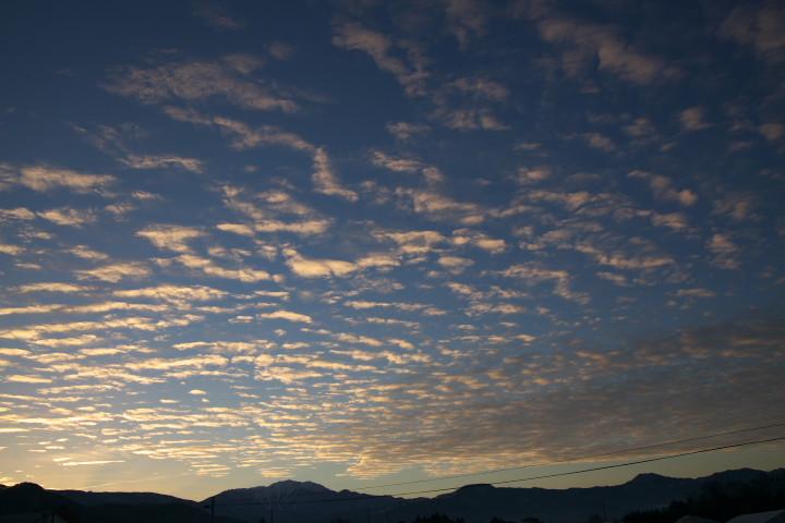 仙丈ヶ岳と朝の雲の写真