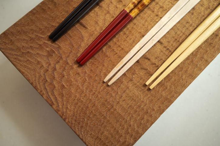 『木まぐれ』の黄檗の木皿に箸